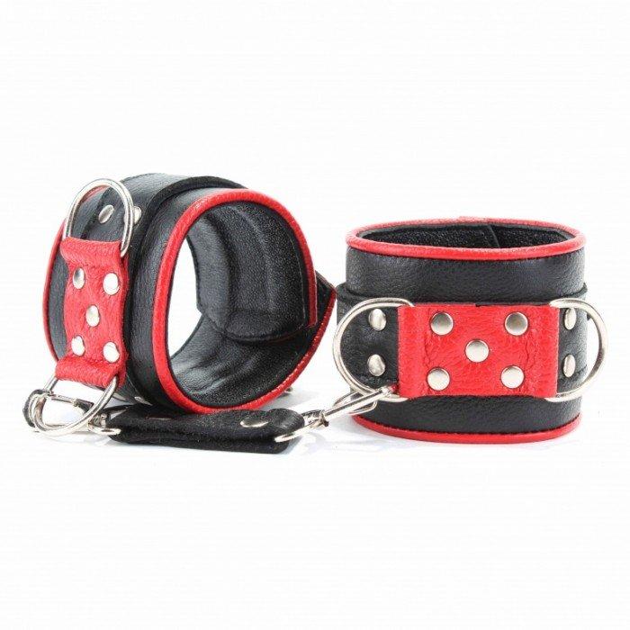 Широкие черные кожанные наручники с красным декором