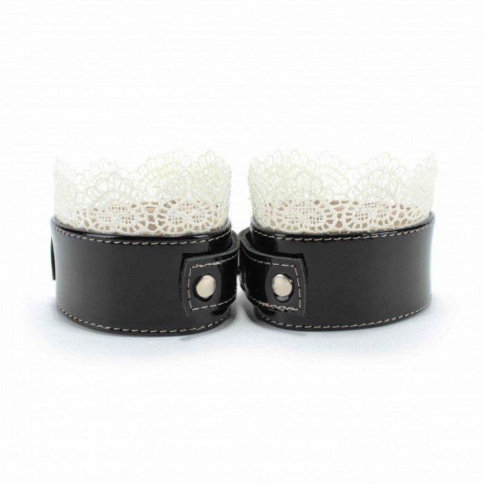 Изысканные чёрные наручники с белым кружевом